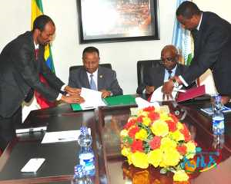 State Minister for Foreign Affairs signing the MOU with the EASF Director